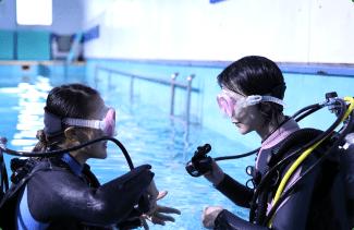 プールでの体験ダイビング